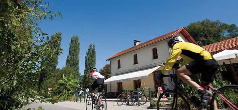 Cyclistes devant l'ancienne gare, piste cyclable Roger Lapébie